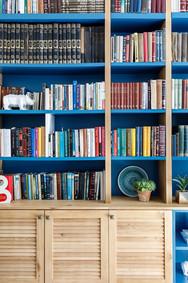 ספריה מעץ אלון וצבע כחול