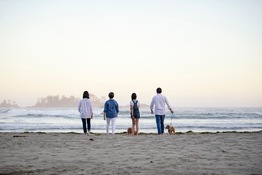 family members walk toward the ocean during family pictures in Tofino | Photographed by Kaitlyn Shea