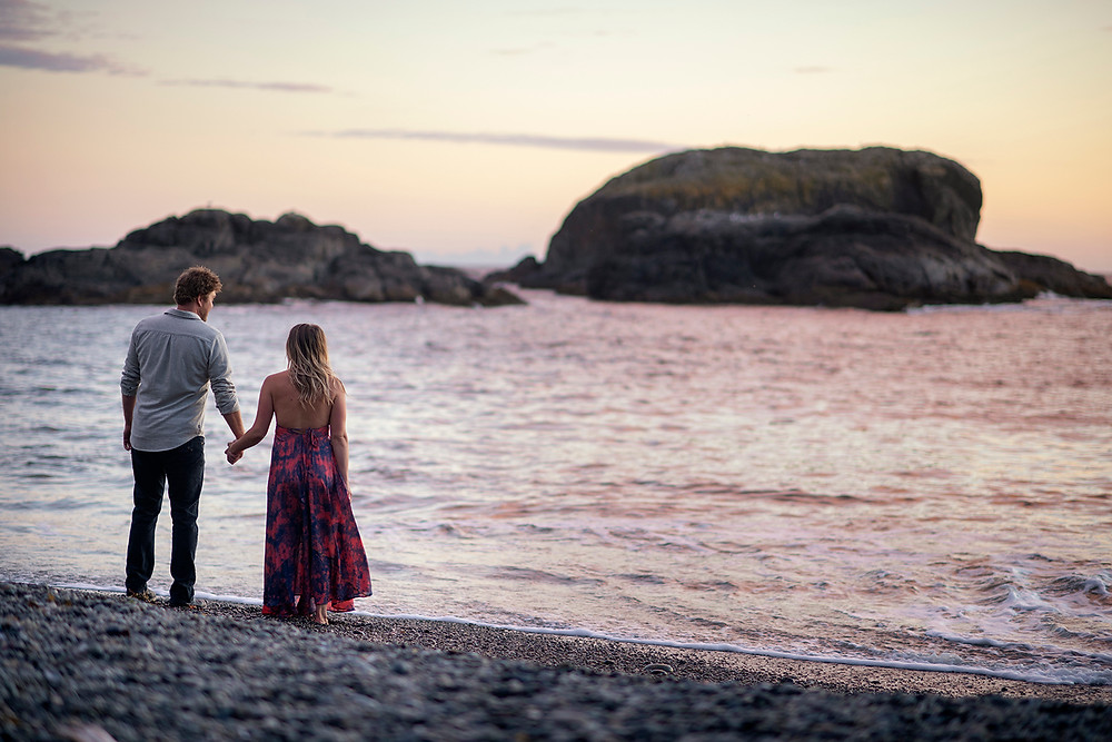 beachy engagement photos in Tofino. Photographed by Kaitlyn Shea