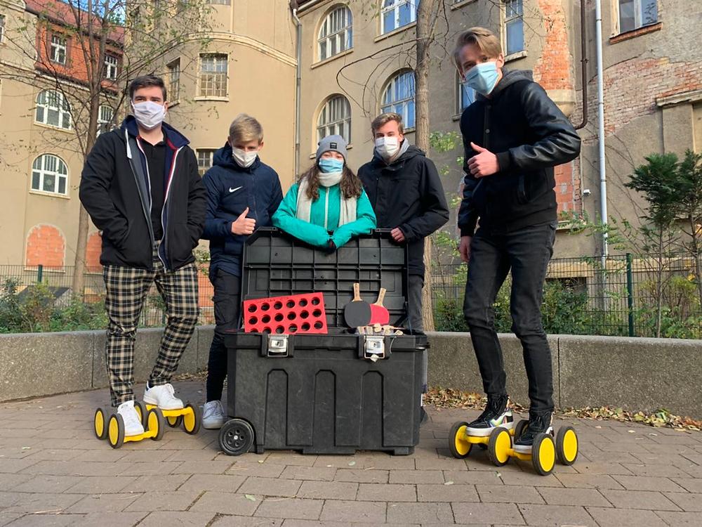 Die Schülermentor*innen bei der Betreuung der Spielekiste auf dem Pausenhof (September 2020)