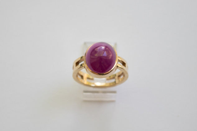 14kt Gold Large red Ruby ring. Cabochon-cut. Ladder band. Total stone weight: 12.92cts.                                  Price: $1500