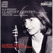 Kadın bir klarnetçi ve rekabetin ettikleri