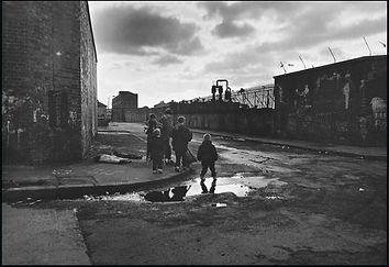 christophe avella bagur, belfast rue vide enfants reflets eau.jpg