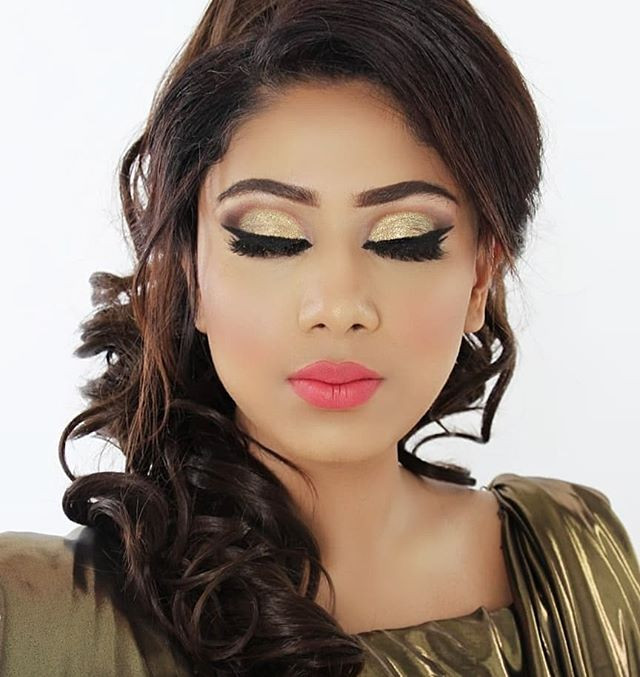 Cut crease glitter eyes with bright red,