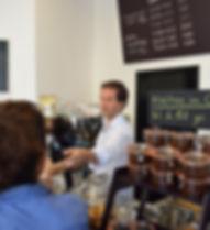 Akrap Finest Coffee Espessobar Wien Barbereich mit Kundschaft und Barista