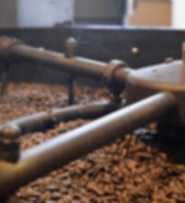 Kaffeeröstung Trommel mit gerösteten Kaffeebohnen