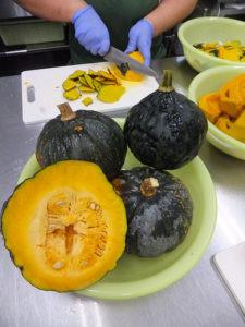 かぼちゃの加工風景