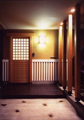 玄関アプローチ(夜景)