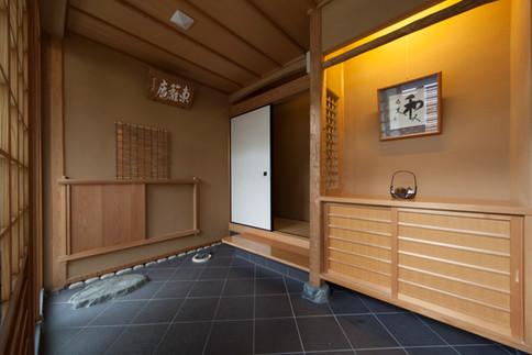 東京都目黒区の茶室・和風建築「東籬庵」にじり口