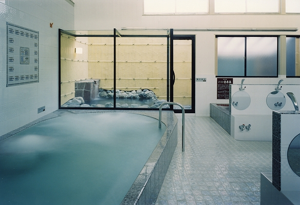 浴室から露天風呂を臨む