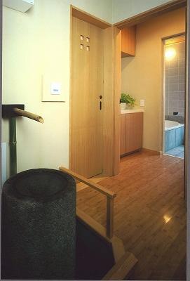 ホールより洗面脱衣室、 浴室を臨む