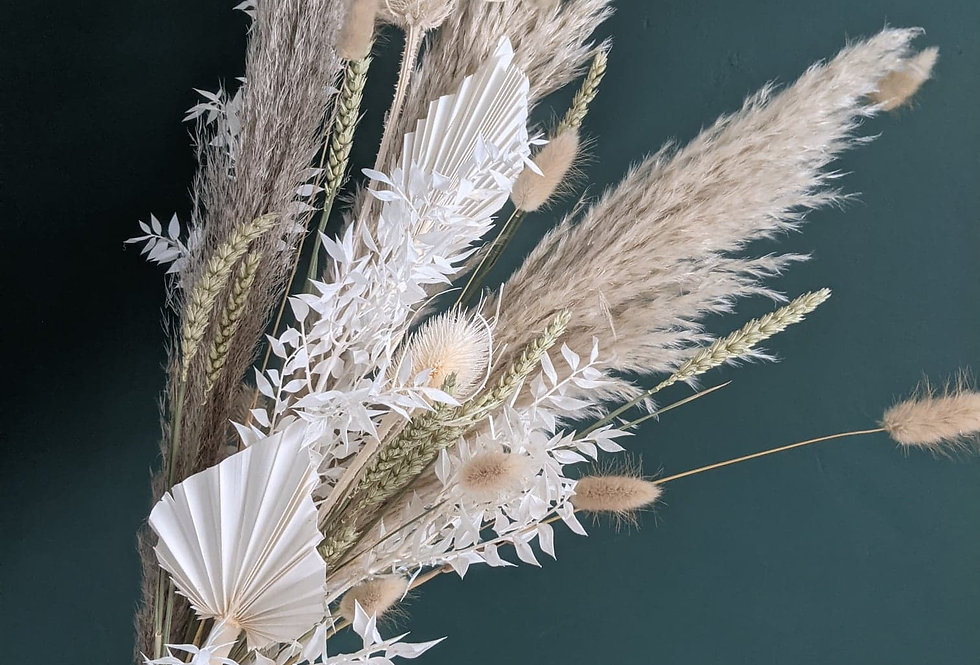 Medium neutral dried flower bunch.