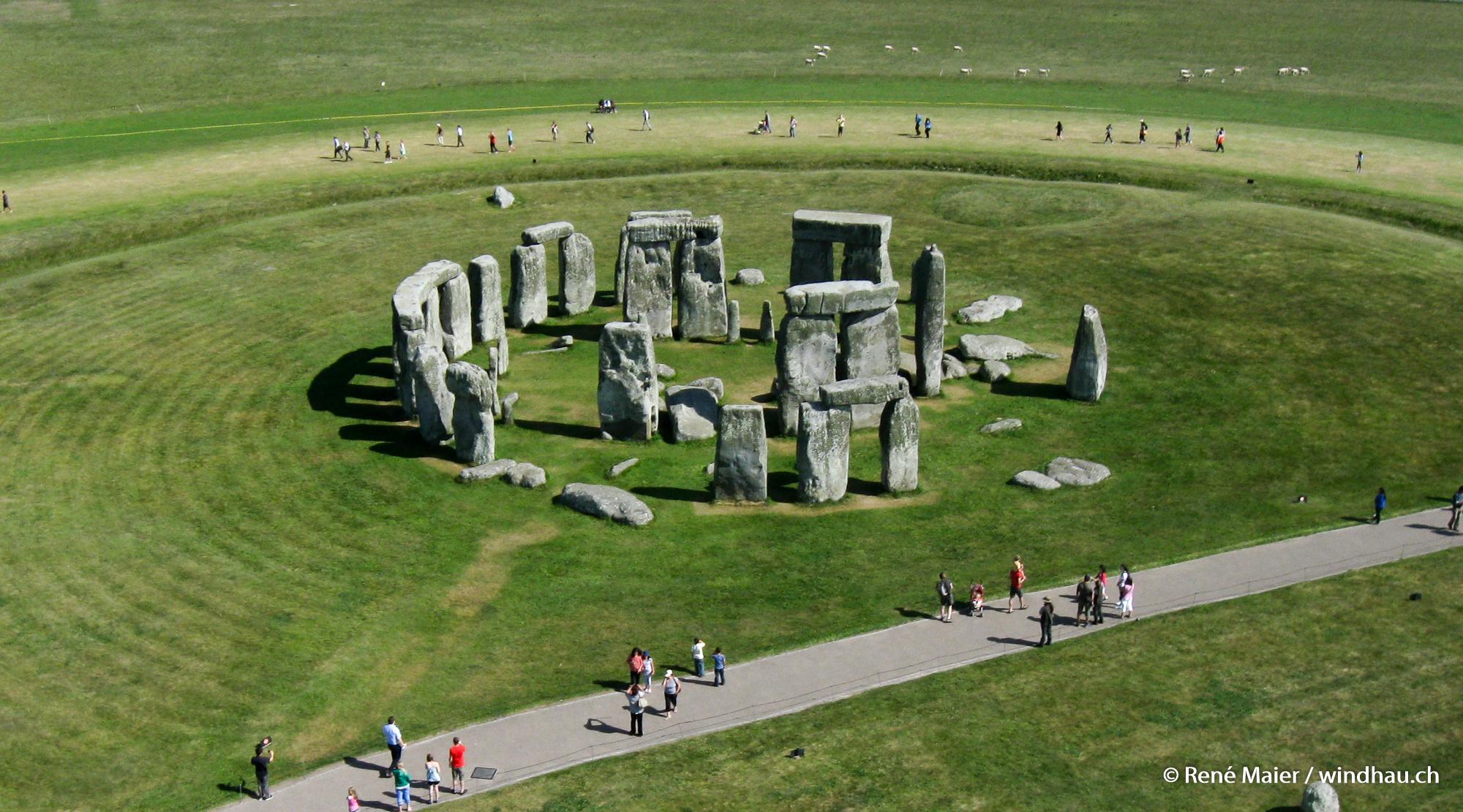 Stonehenge_2011_001