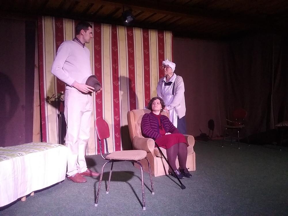 Kas sarmikas võõras suudab võita isegi tujuka vanaproua südame? Vasakult Dan (Argo Peetmaa), proua Bramson (Ingrid Ulst) ja proua Terence (Tiina Neeve)
