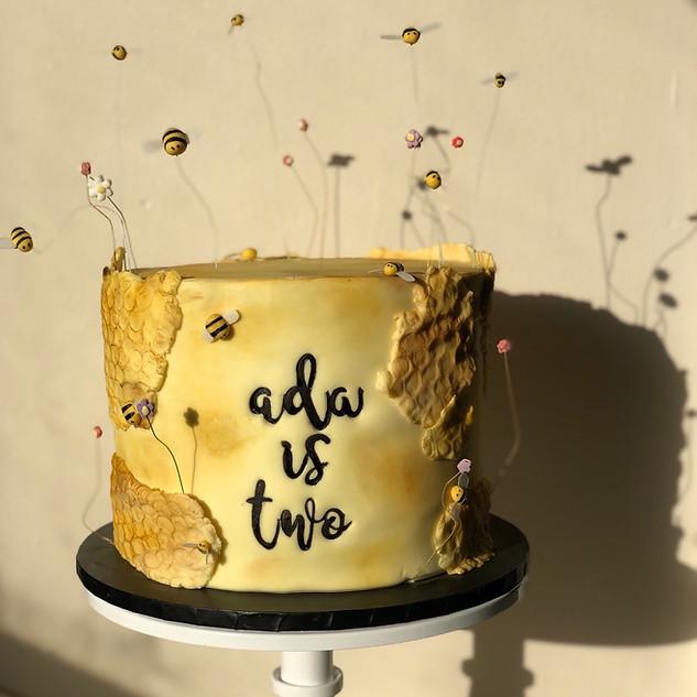 single tier bee themed cake