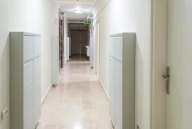 Her odanın ayakkabılıkları koridorlarda yer almaktadır