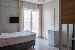 Her odada LCD TV ve Buzdolabı