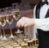 Официант с шампанским пирамидой