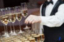 Camarero con Champagne Pirámide