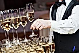 Kellner mit Champagner-Pyramide