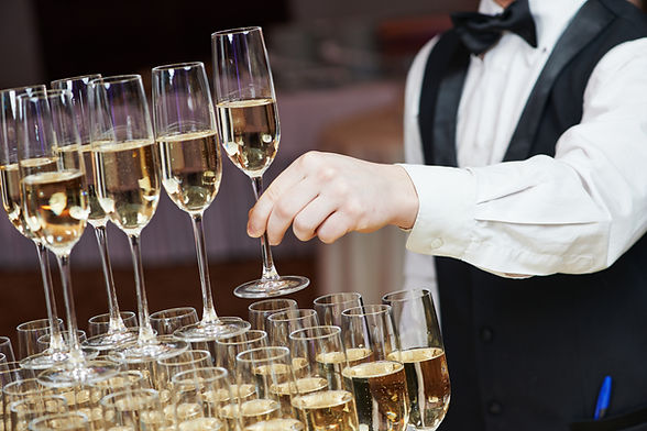 Kelner met Champagne piramide