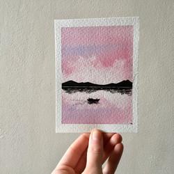 Barca bajo el amanecer.