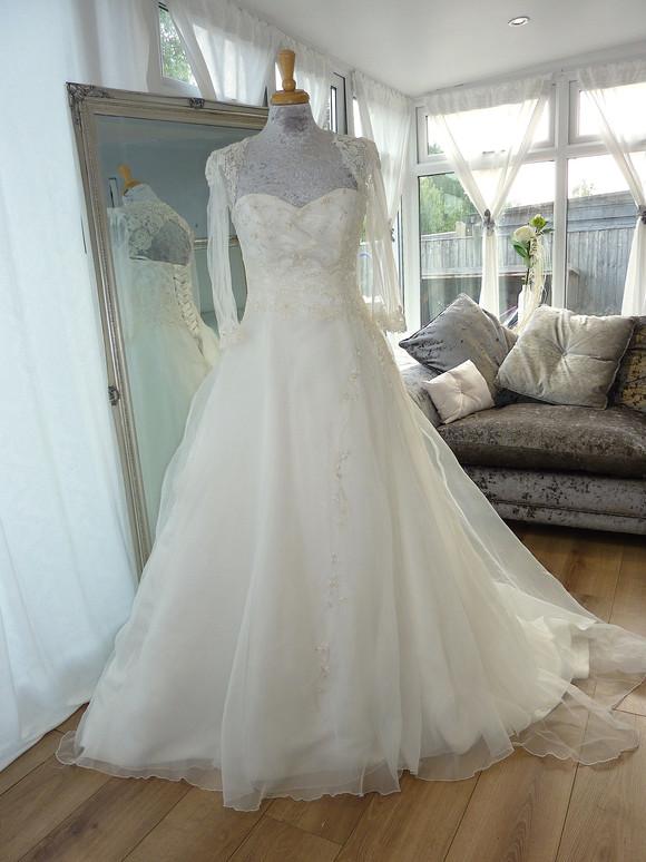 Designer -Stephanie Kyles Bridal, Designs Reloved Size 16 £550 Ref SK11
