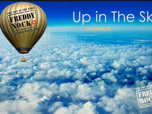 Freddy Nock testet die Spezialkonstruktion unter einem Heissluftballon.