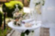 taula decorada per casament amb flors i tul