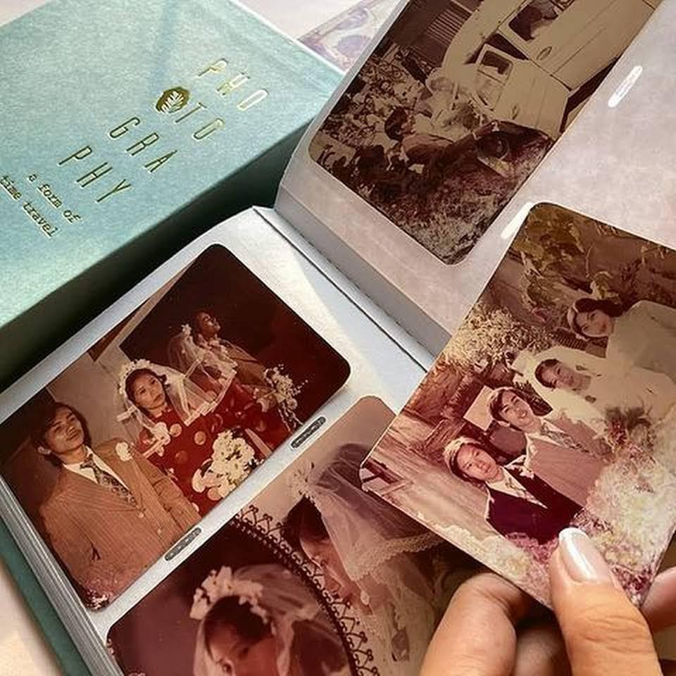 album ảnh của Nguyễn Trắc với màu pastel xanh lưu giữ hơn 30 năm.