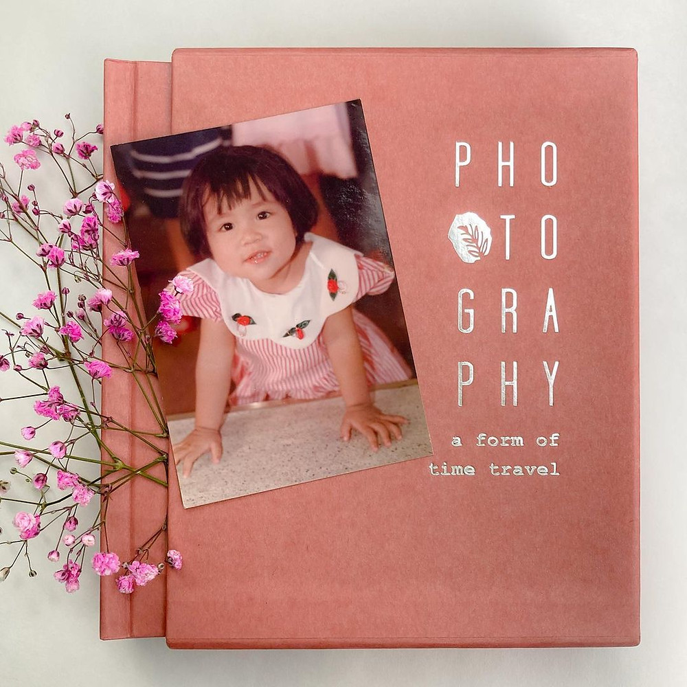 The NPO233 Pastel series is conservatively designed to be compact in size. Paired with a matching case for added protection, and ideal for preserving the favored 6 x 9 cm photos, Polaroid, Instax wide and classic film photos.  Photo capacity: 120 photos.  Color: light coral.  Spine: flat.