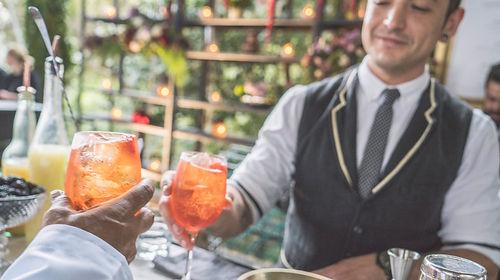 Barras de mixologia y cocteleria  con tequila mezcal gin vodka whiskey aperol spritz bartender mixologo bodas wedding planner