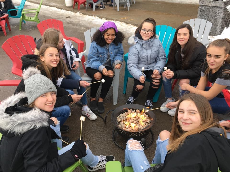 École Pointe-Lévy - Photo de groupe à l'extérieur