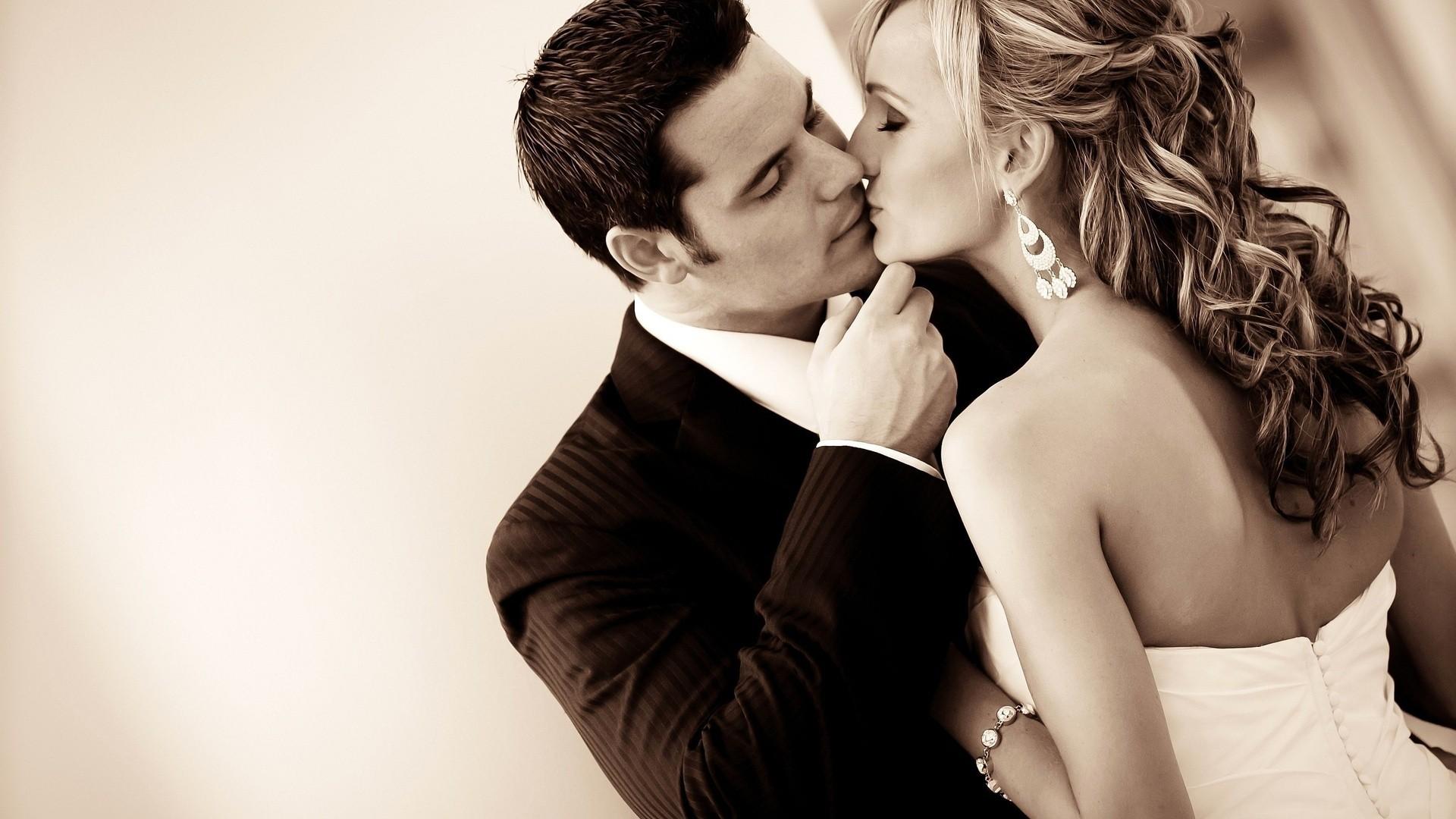 kiss-vintage-wedding-wallpaper.jpg