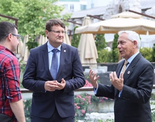 MLI President Perry Baltimore (far right) giving an interview to Klix.ba with Director of ITF Enhancing Human Security, Tomaž Lovrenčič (middle).