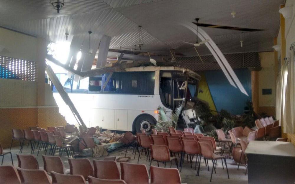 Ônibus invadiu auditório de escola em Campo Formoso, na Bahia (Foto: Thiago Lira/Arquivo Pessoal)