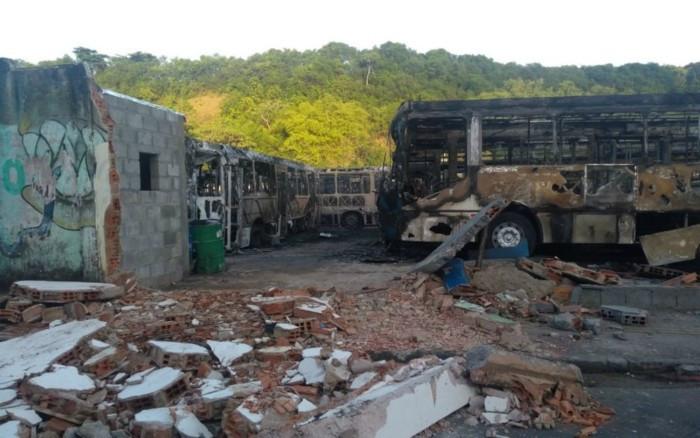 Ônibus circulavam na orla de Salvador. Foto: Adriana Oliveira/TV Bahia