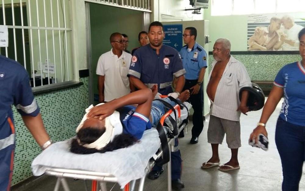Garota foi socorrida para hospital de Ipiaú após ser baleada em escola (Foto: Giro Ipiaú)
