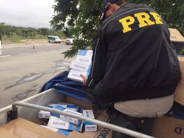 Carga de 330 mil maços de cigarro foi apreendida em Vitória da Conquista (Foto: Divulgação/Polícia Rodoviária Federal)
