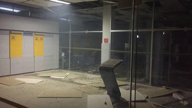 A explosão destruiu parcialmente a agência (Foto: Leitor via WhatsApp)