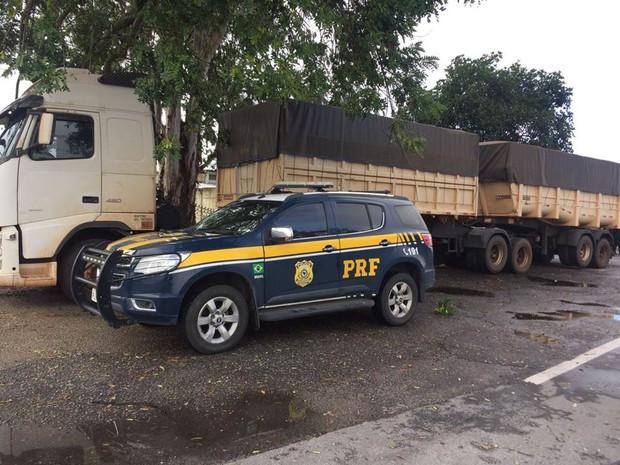 Cigarro estavam em carreta bitrem que foi abandonada na via (Foto: Divulgação/Polícia Rodoviária Federal)
