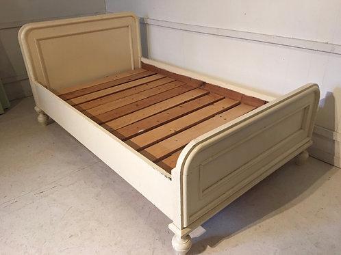 Gammel kremfarget seng