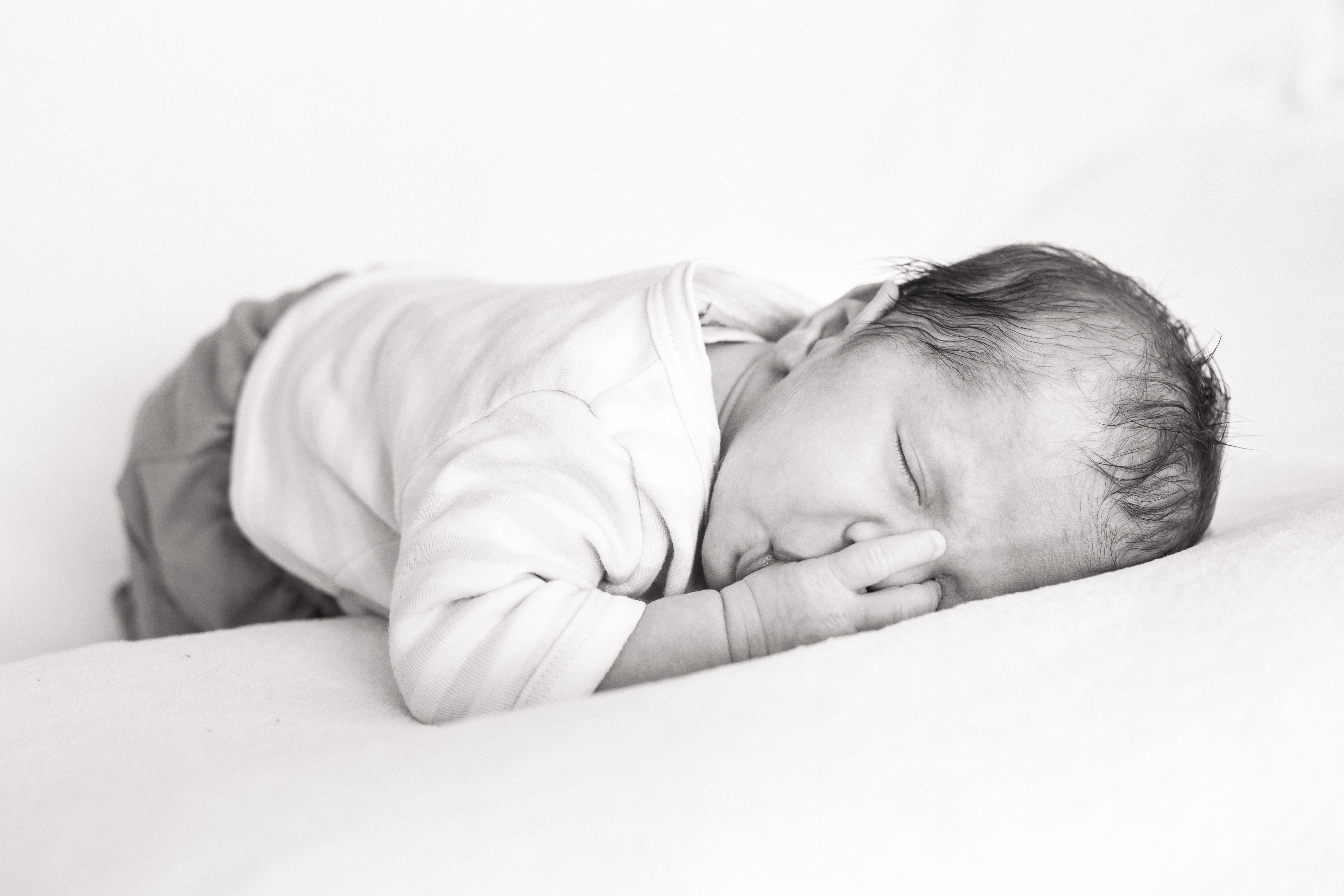 photo bébé noir et blanc