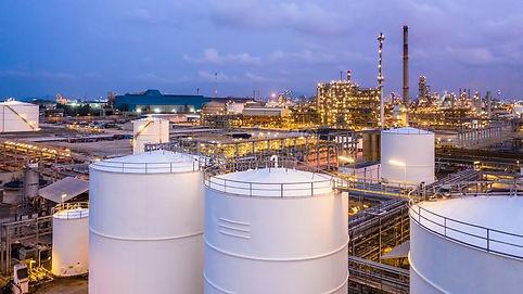 бак-для-хранения-с-заводом-и-нефтехимиче