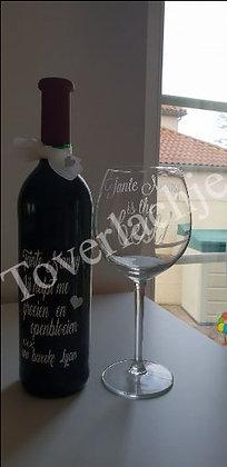 Wijnfles en glas met tekst