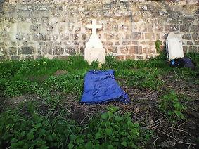 1. nuit du 22 mars (1) Chauvigny - une croix abandonnée derrière le cimetière, une tete de