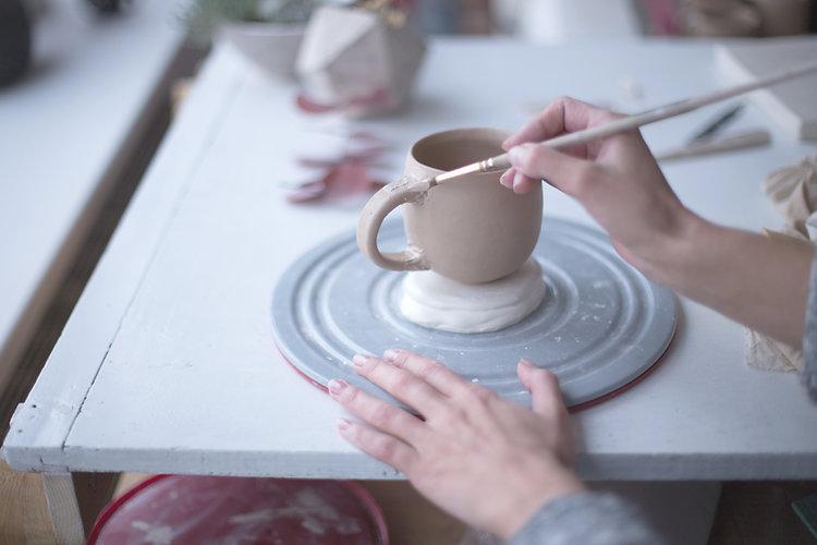 Femme à l'atelier de poterie