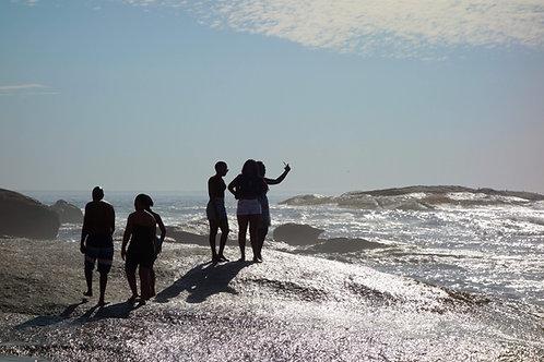 Menschen am Strand von Kapstadt Camps Bay, schönste Strandbilder