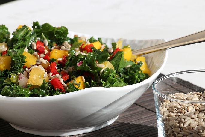 Salade riche en aliments à haute valeur nutritionnelle