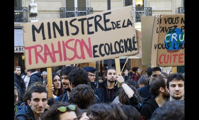 Jeunes et lycéens manifestent pour la planête devant le ministère de l'environnement.